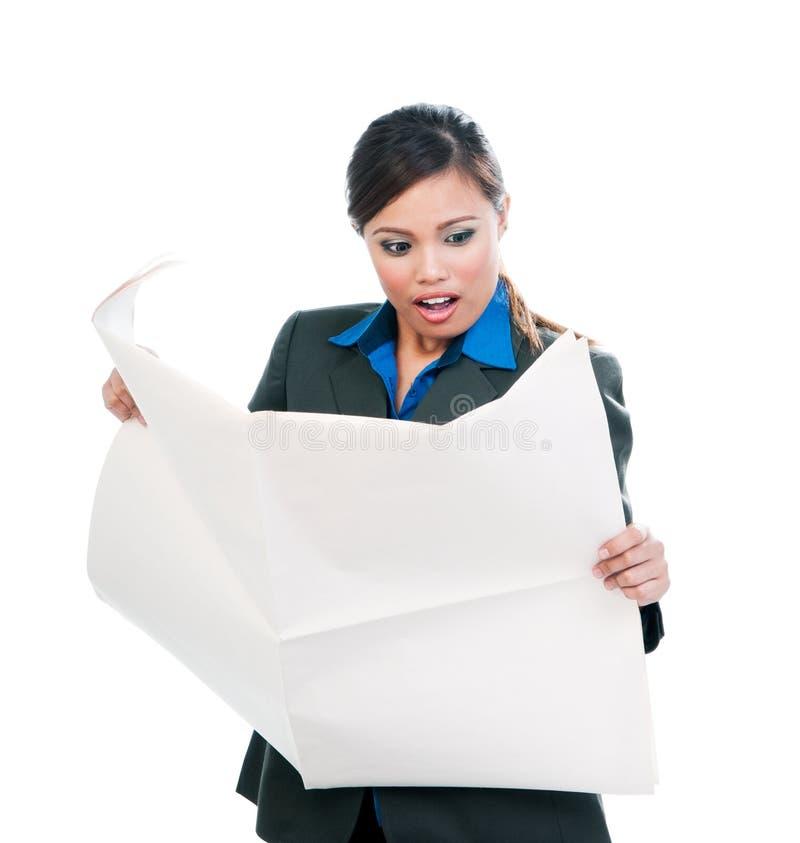Femme d'affaires étonnée Reading Newspaper photos stock
