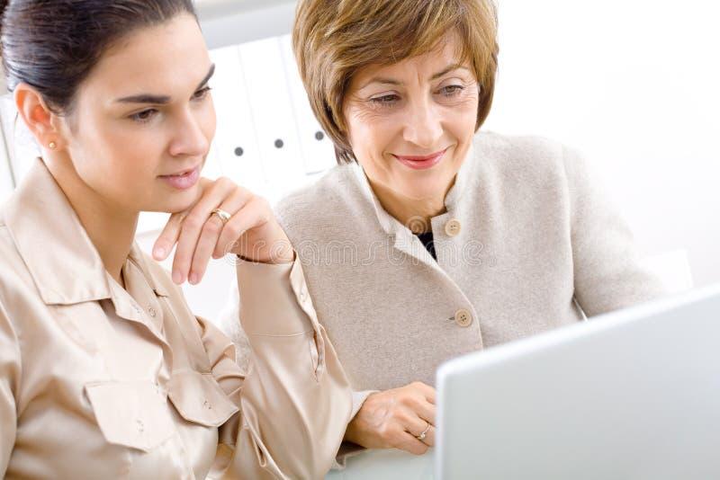 Femme d'affaires aînée avec l'ordinateur portatif photos libres de droits