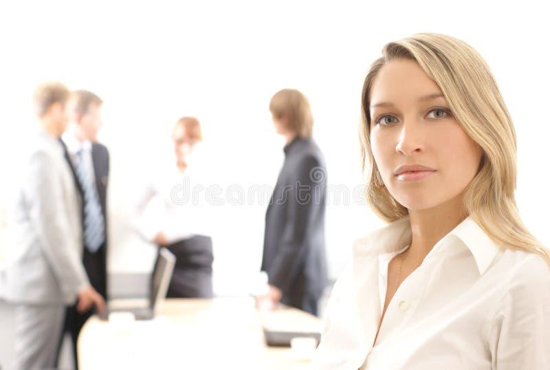 Femme d'affaires aboutissant une équipe photographie stock libre de droits