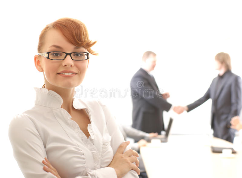 Femme d'affaires aboutissant une équipe photo stock