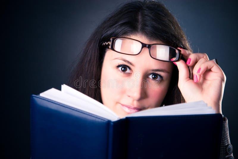 Femme d'affaires affichant le livre images stock