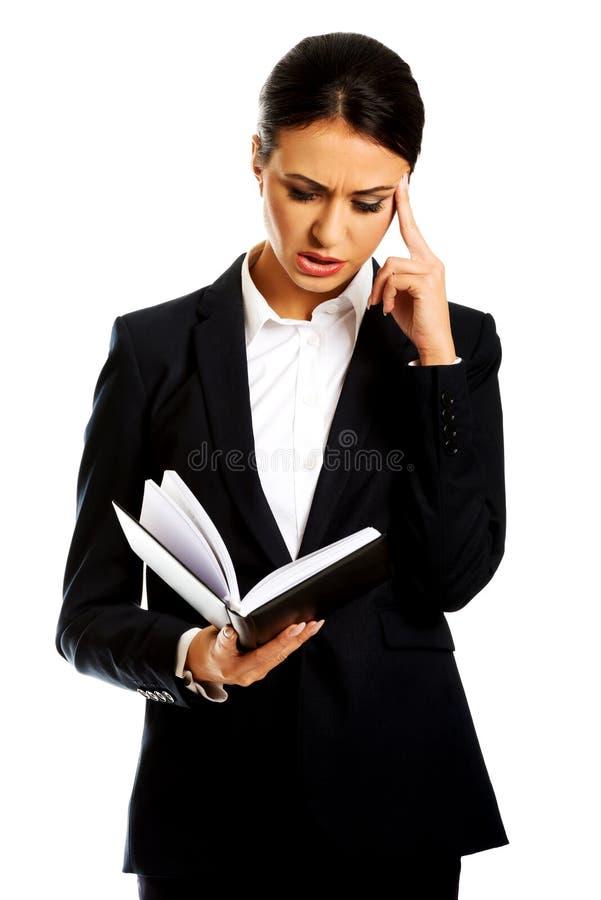 Femme d'affaires affichant ses notes images stock