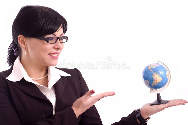 Femme d'affaires affichant un modèle de la terre image libre de droits