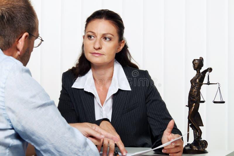 Femme d'affaires affichant une lettre photos stock