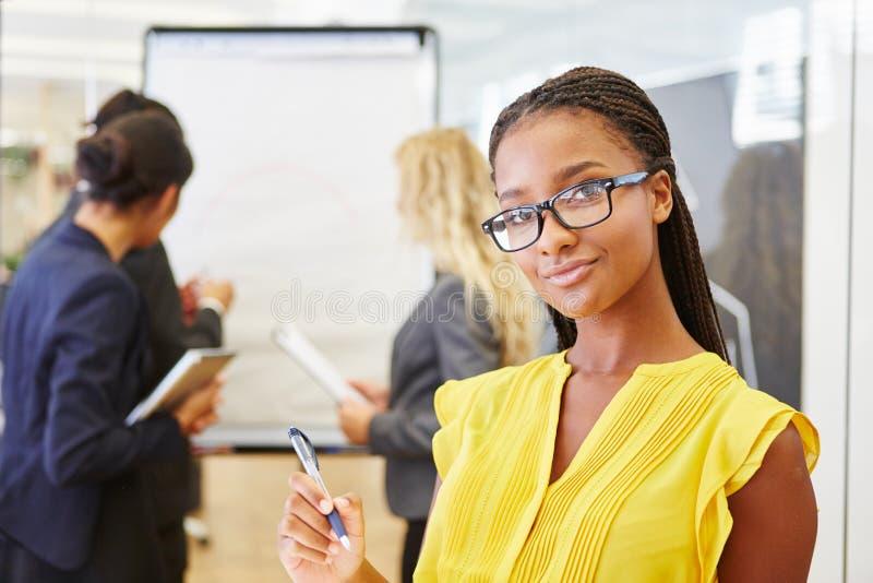Femme d'affaires africaine avec son équipe photo stock