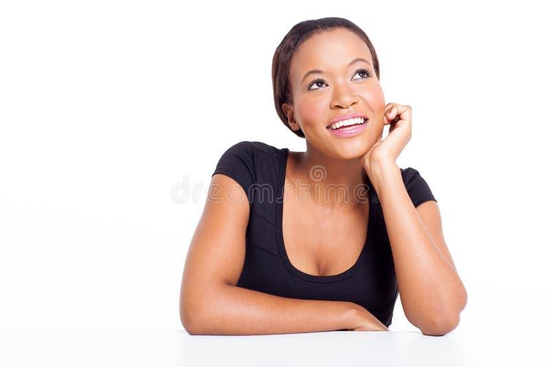Femme d'affaires africaine rêvassant image libre de droits