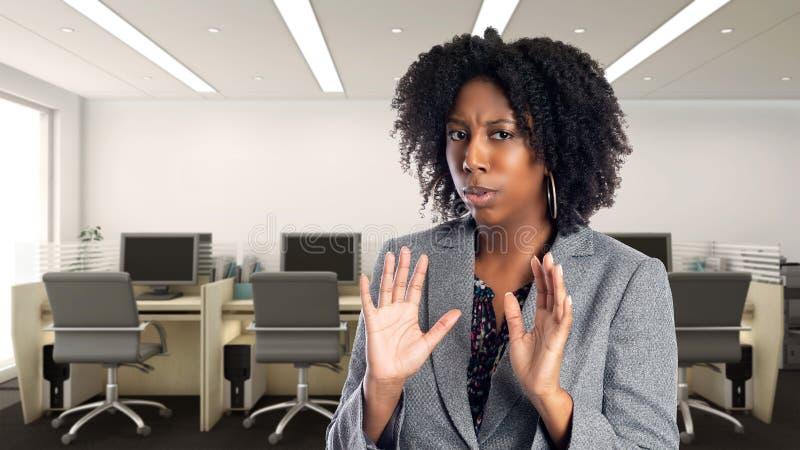 Femme d'affaires In d'afro-américain un bureau semblant effrayé photo libre de droits