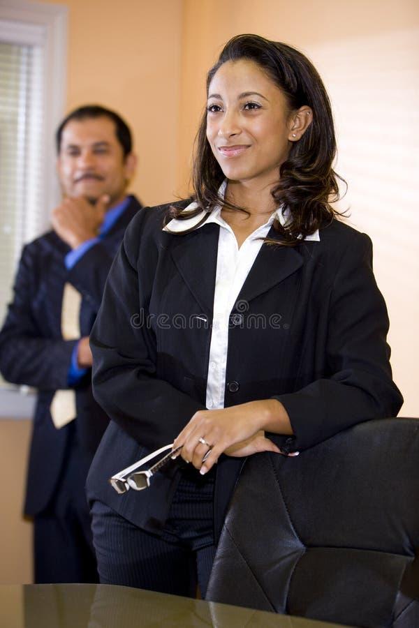Femme d'affaires afro-américaine avec le collègue mâle photos stock