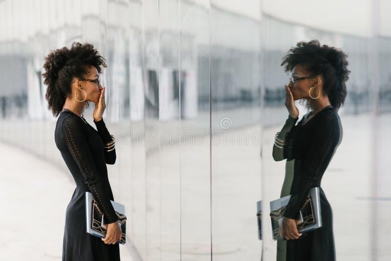 Femme d'affaires Afro urbaine de coiffure dehors photos libres de droits