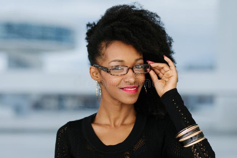 Femme d'affaires Afro urbaine de coiffure dehors photographie stock libre de droits