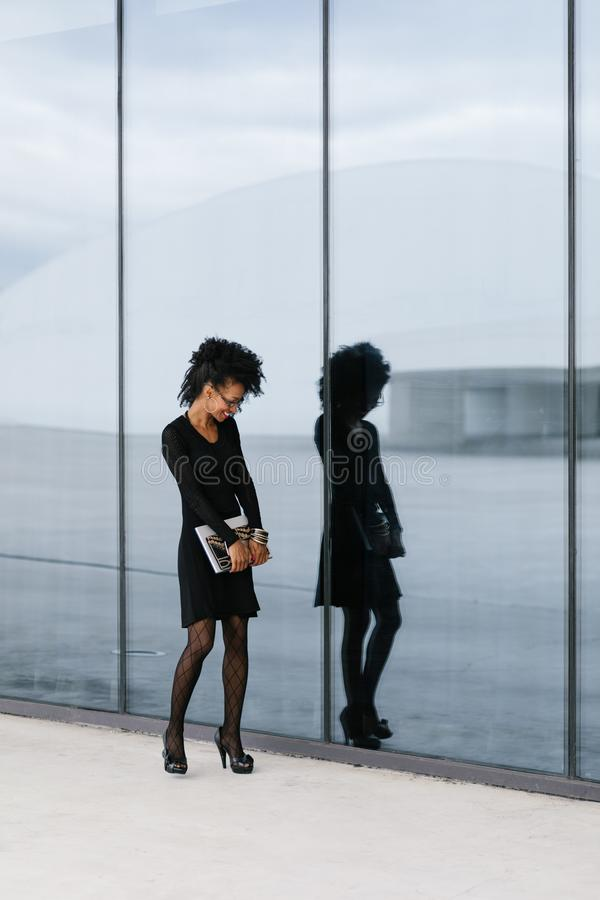 Femme d'affaires Afro urbaine de coiffure en dehors du sourire photos libres de droits