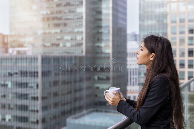 Femme d'affaires appréciant son café de coupure de matin photo libre de droits