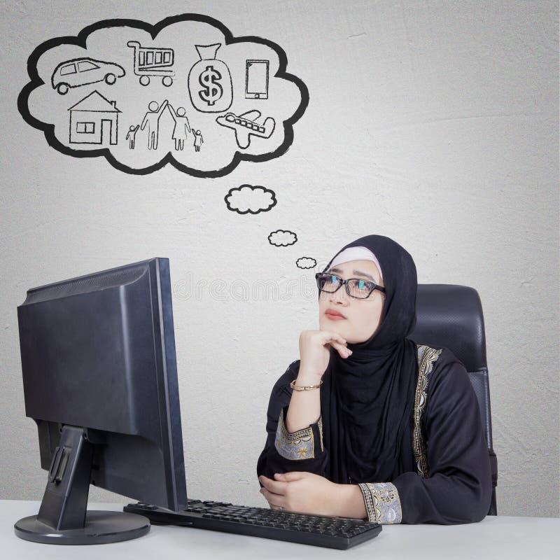 Femme d'affaires Arabe pensant son rêve photographie stock libre de droits