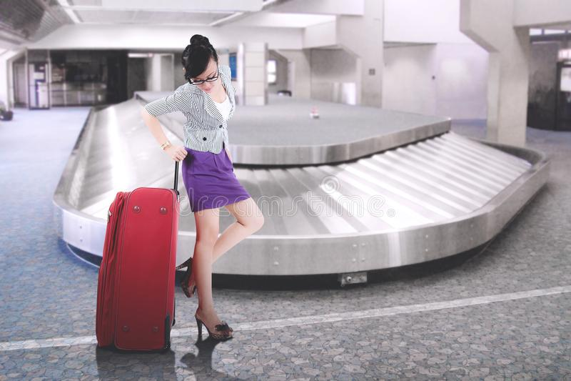 Femme d'affaires asiatique avec la grande valise à l'aéroport image libre de droits