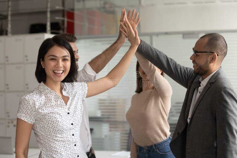 Femme d'affaires asiatique heureuse donner le top-là aux collègues regardant la caméra image libre de droits
