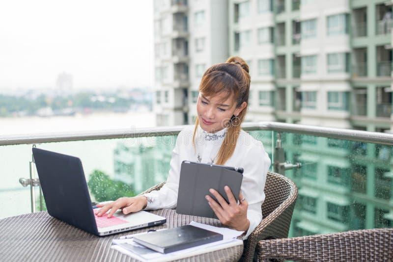 Femme d'affaires asiatique supérieure travaillant dans le bureau moderne images libres de droits