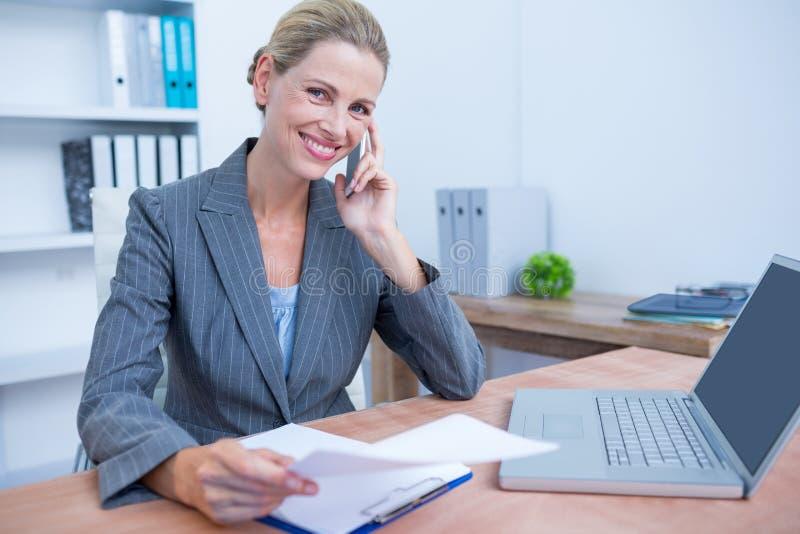Download Femme D'affaires Assez Blonde Téléphonant Et à L'aide De Son Ordinateur Portable Image stock - Image du carrière, corporate: 56483767