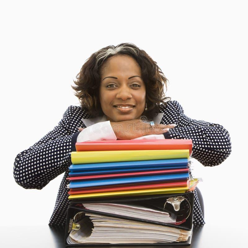 Femme d'affaires assidue heureuse. image stock