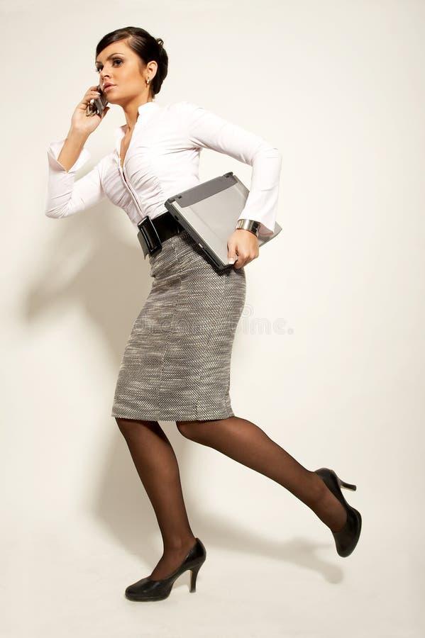 Femme d'affaires atractive courante de brunet photographie stock