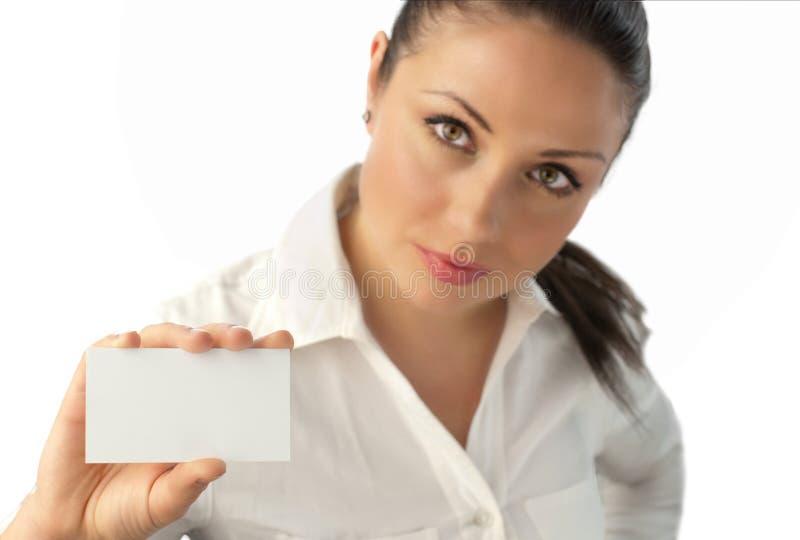 Femme d'affaires attirante avec la carte de visite professionnelle de visite images libres de droits