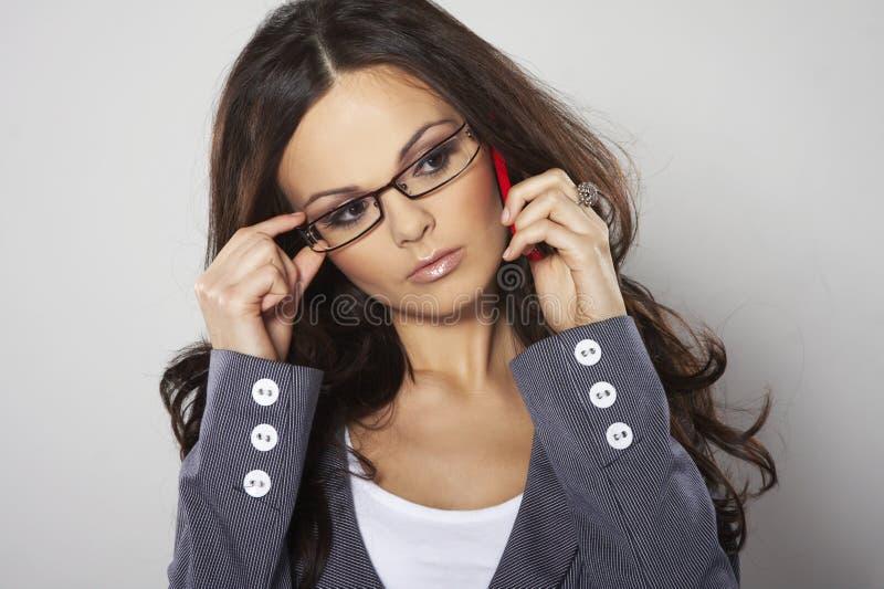 Femme d'affaires attirante avec le téléphone portable image stock