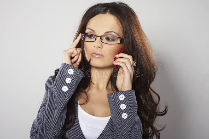 Femme d'affaires attirante avec le téléphone portable photo stock