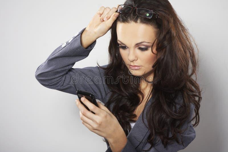 Femme d'affaires attirante avec le téléphone portable photo libre de droits