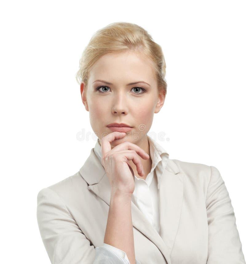 Femme d'affaires attirante dans un procès beige léger image libre de droits