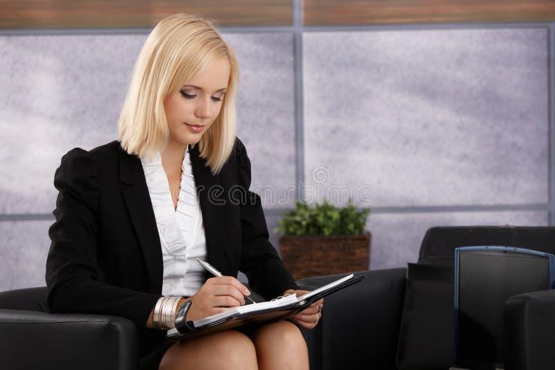 Femme d'affaires attirante prenant des notes image libre de droits