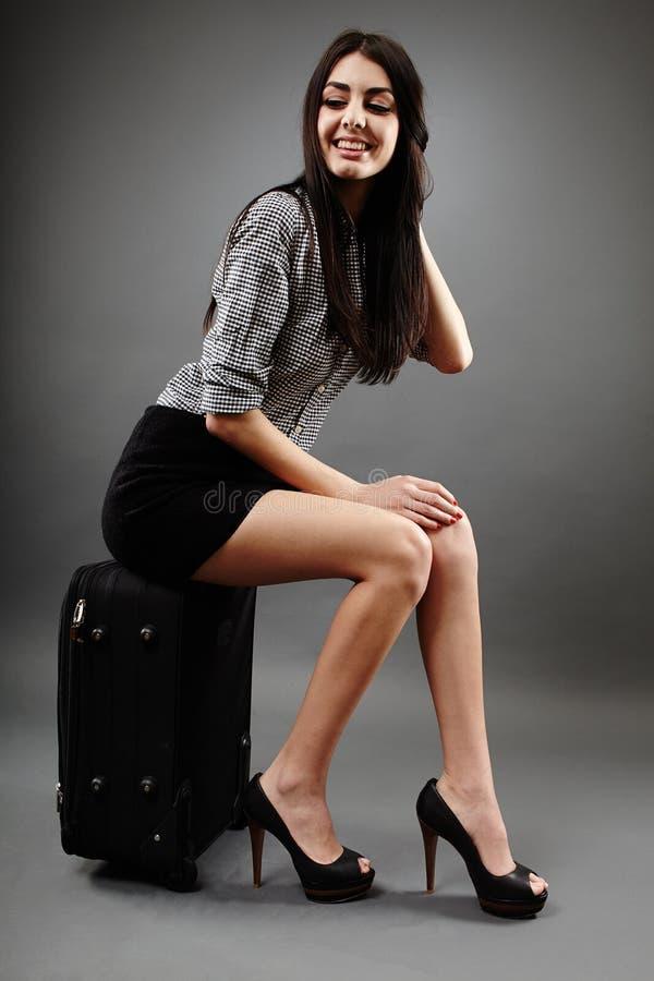Femme d'affaires attirante s'asseyant sur son chariot photos libres de droits