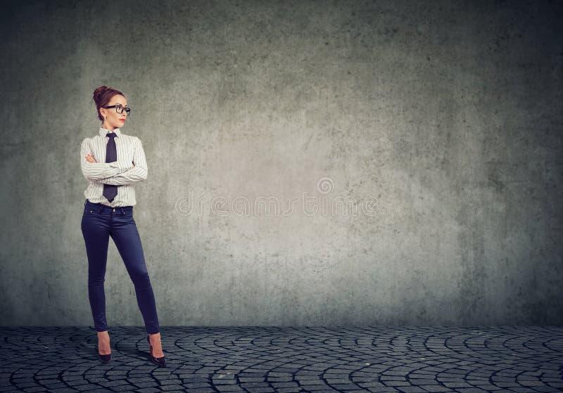 Femme d'affaires attirante se tenant sûre avec des bras croisés image stock