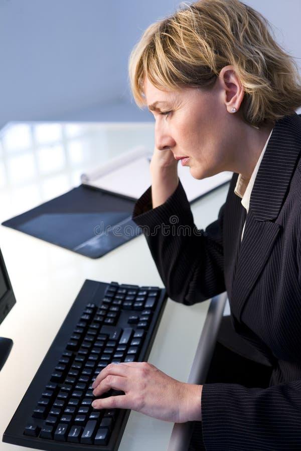 Femme d'affaires au clavier photo stock