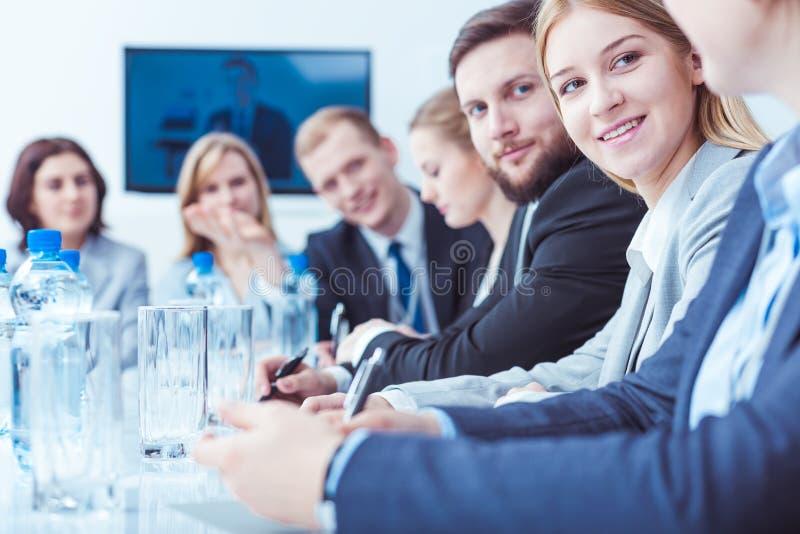 Femme d'affaires au cours de la réunion d'actionnaires image libre de droits