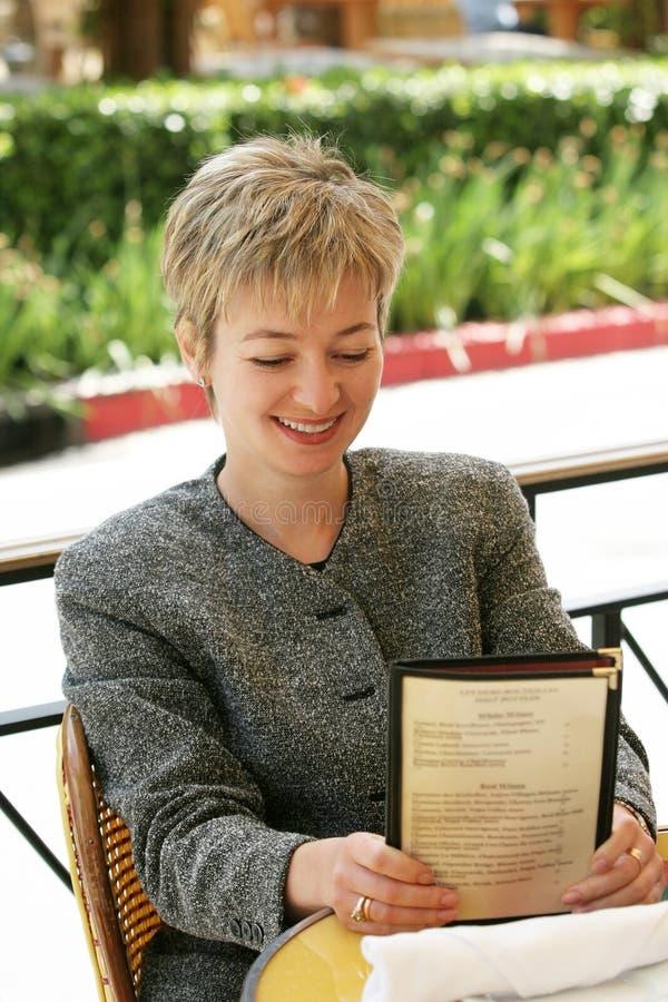 Femme d'affaires au déjeuner photographie stock libre de droits