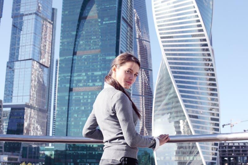 Download Femme D'affaires Au Fond De Gratte-ciel Image stock - Image du businessperson, outdoors: 76082485