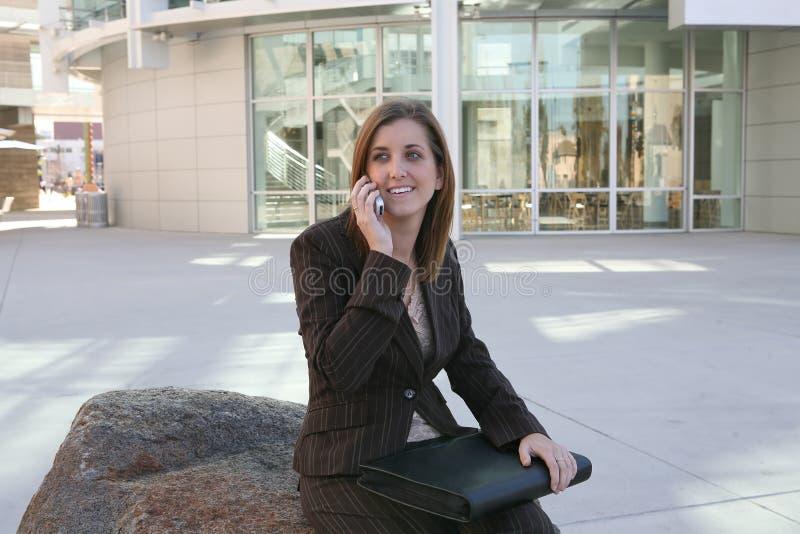 Femme d'affaires au téléphone photo stock