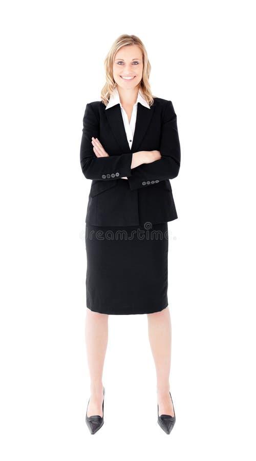 Femme d'affaires autoritaire avec le sourire plié de bras photographie stock