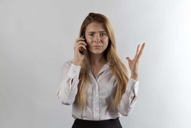 Femme d'affaires aux cheveux longs dans des vêtements formels parlant au téléphone photo libre de droits