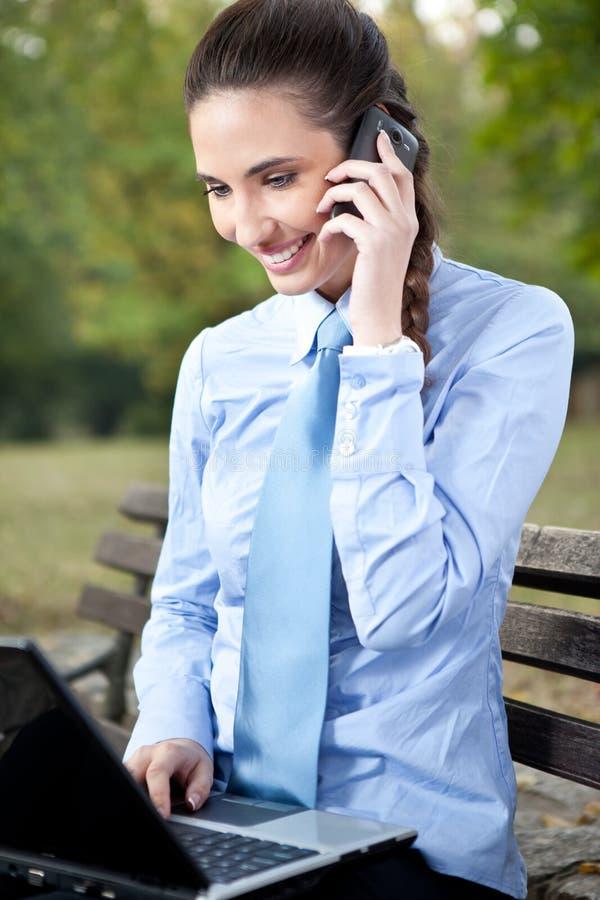 Femme d'affaires avec cellulaire photographie stock libre de droits