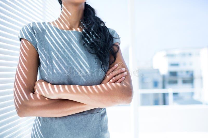 Download Femme D'affaires Avec Des Bras Pliés Dans Le Bureau Photo stock - Image du côté, réflexion: 56483408