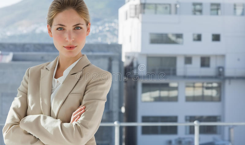 Femme d'affaires avec des bras pliés dans son bureau photographie stock libre de droits