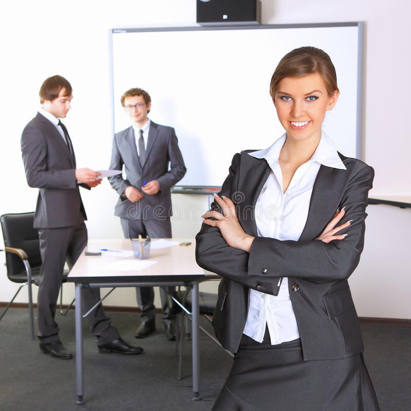 Femme d'affaires avec des compagnons d'équipe image libre de droits
