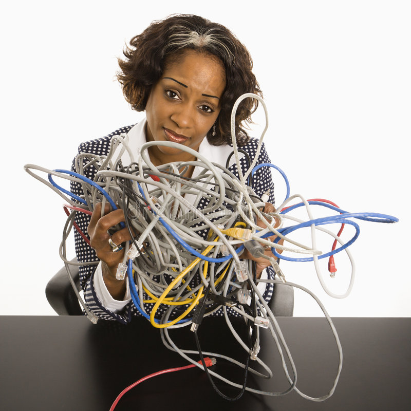 Femme d'affaires avec des cordons d'ordinateur. photographie stock libre de droits