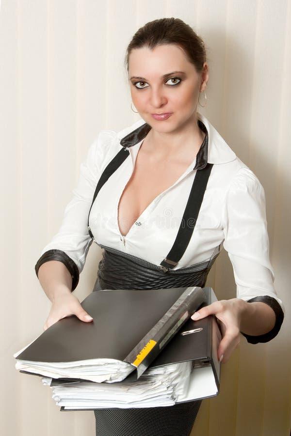 femme d'affaires avec des dépliants dans des mains photographie stock libre de droits
