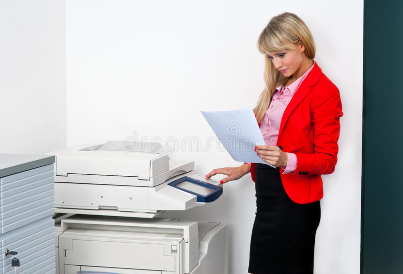 Download Femme D'affaires Avec Des Documents Se Tenant à Côté De L'imprimante Photo stock - Image du brunette, positif: 45366158