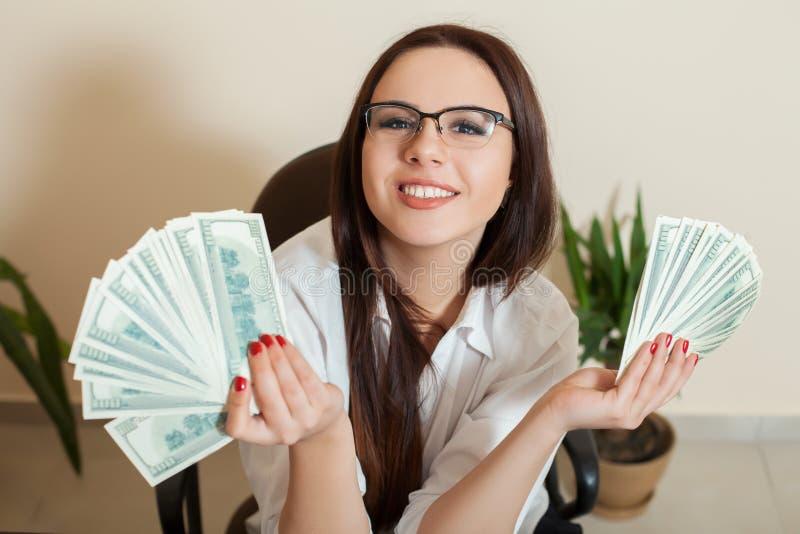 Download Femme D'affaires Avec Des Fans D'argent Dans Des Mains Image stock - Image du comptable, fille: 87700899