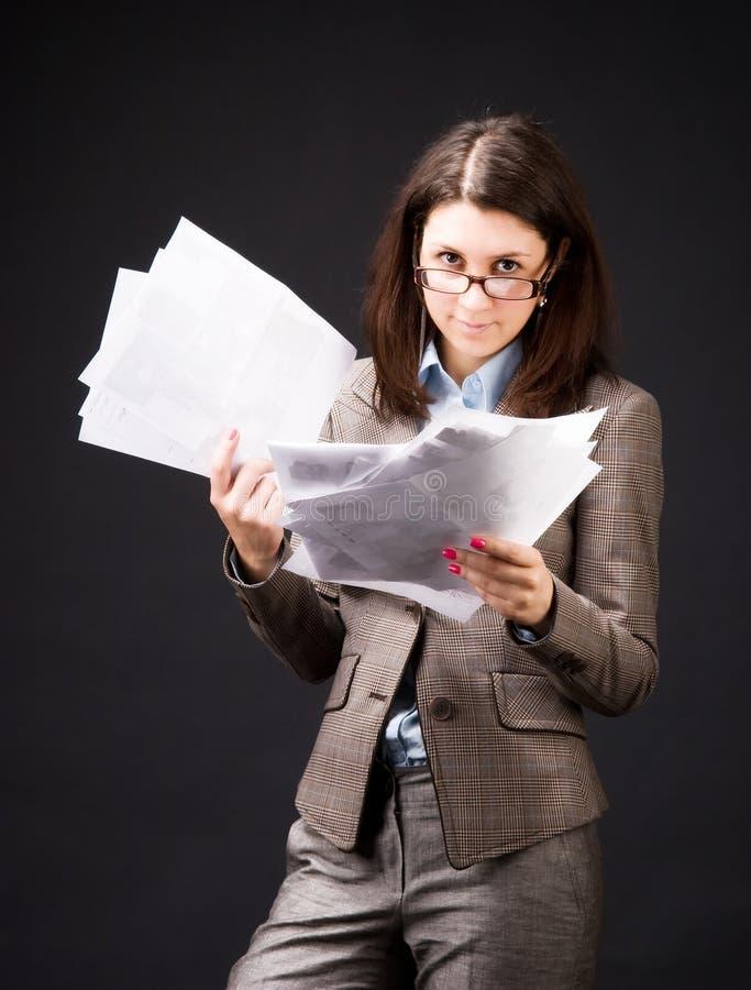 Femme d'affaires avec des feuilles de papier photos libres de droits