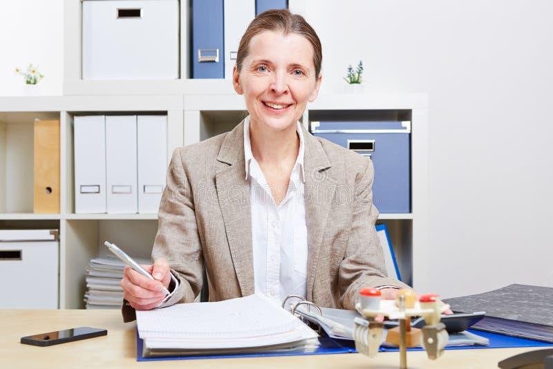 Femme d'affaires avec des fichiers dans le bureau images stock