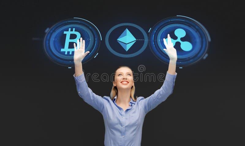 Femme d'affaires avec des hologrammes de cryptocurrency image libre de droits