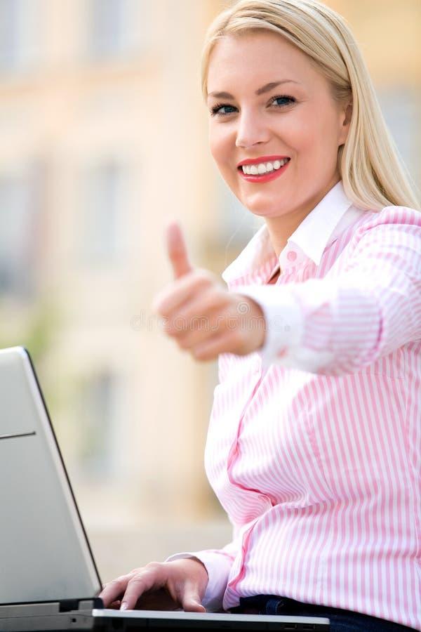 Femme d'affaires avec des pouces vers le haut photos libres de droits